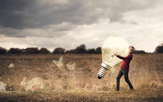 Papéis de Parede Homem e enorme lâmpada, grama, imagem criativa