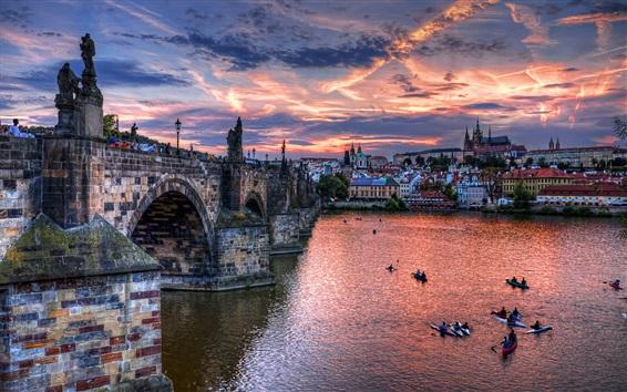 壁紙 プラハ、チェコ共和国、橋、川、ボート、家、夕暮れ