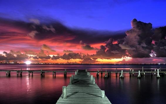 Fond d'écran Coucher de soleil, soir, jetée, ciel rouge, nuages