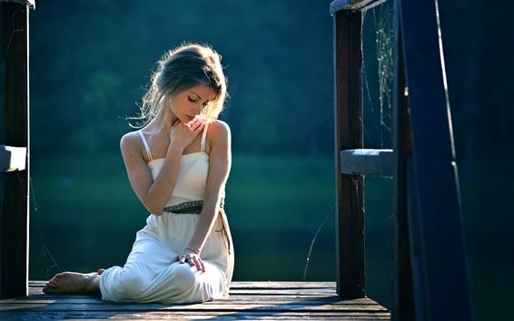 Fond d'écran Sweetheart girl, assis, jetée, lumière du soleil
