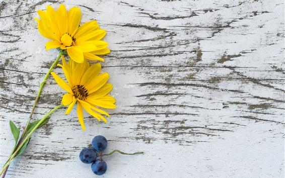 壁紙 黄色の花、ブドウ、木製の板