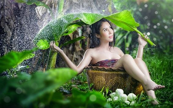 Fond d'écran Fille asiatique en journée pluvieuse, feuille comme parapluie
