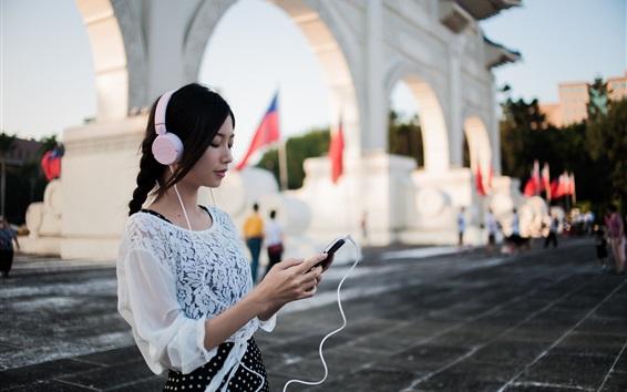 Papéis de Parede Menina asiática ouvindo música, fones de ouvido