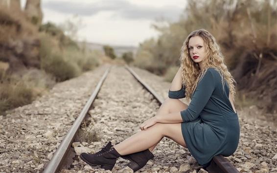 Fond d'écran Fille blonde, asseyez-vous sur le chemin de fer