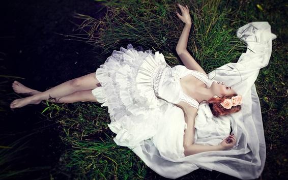 Обои Невеста, лежащая на траве, белое платье