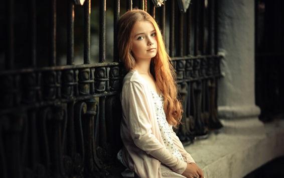 Fond d'écran Cheveux bouclés petite fille assise à côté de la clôture