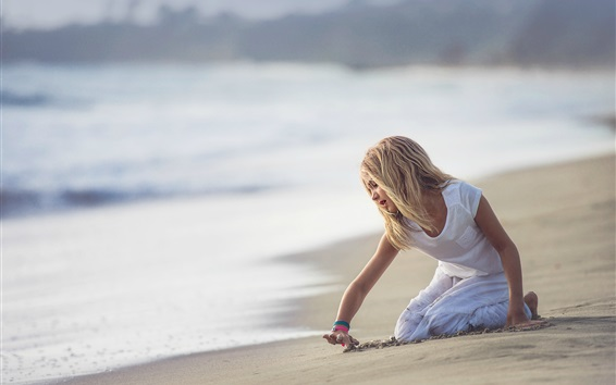 Обои Симпатичная девочка играет на пляже