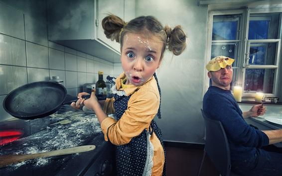Papéis de Parede Menina divertida na cozinha para fazer panquecas