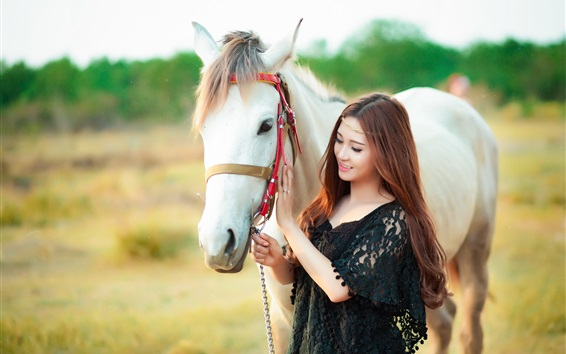 Обои Счастливая азиатская девушка и белая лошадь