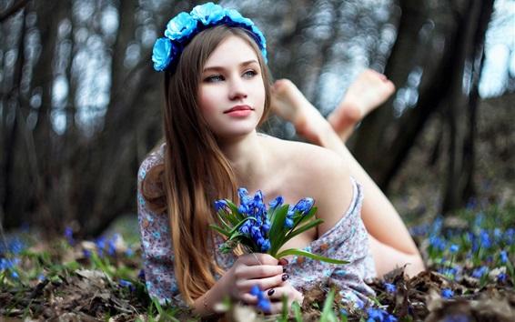 Fond d'écran Belle fille et fleurs bleues, couché sur le sol