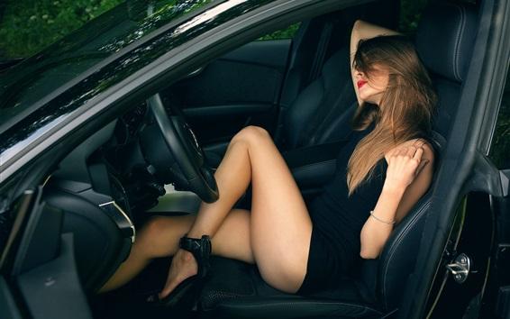 Обои Сексуальная девушка в машине, красивые ноги