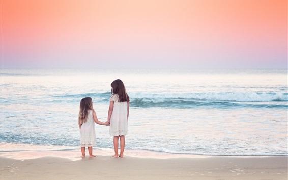 Papéis de Parede Duas crianças meninas na praia, mar, ondas
