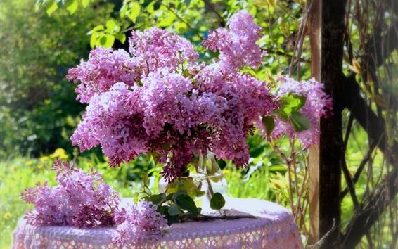 Обои Красивые сиреневые цветы, букет, ваза, стол