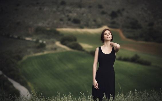 Обои Черная юбка девушка, чувствующая природу