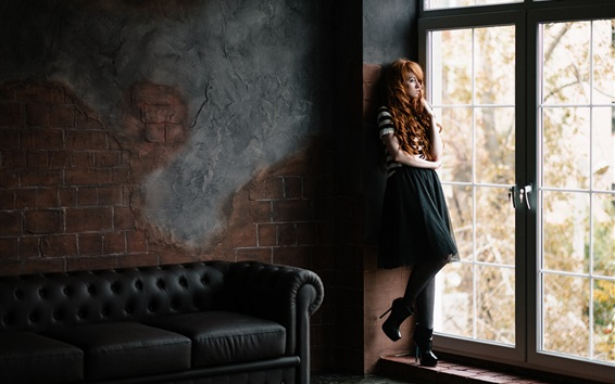 Обои Вьющиеся волосы девушки, окна, диван, комната