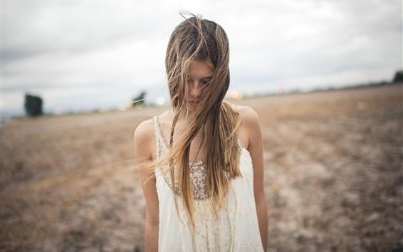 Fond d'écran Cheveux désordonné fille, champ, vent