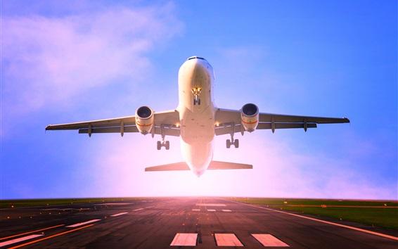 Обои Пассажирский самолет взлет, взлетно-посадочная полоса