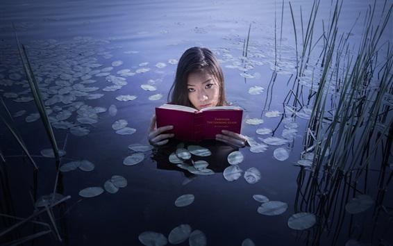 Fond d'écran Une fille asiatique a lu le livre dans le lac