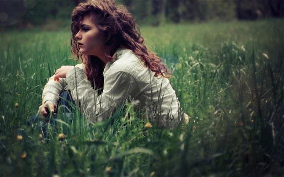 Fond d'écran Les cheveux bouclés se sentent dans l'herbe