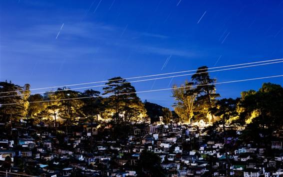 Papéis de Parede Noite, casas, cidade, árvores, luzes, céu azul