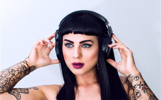 Обои Черные волосы девушки, голубые глаза, макияж, наушники