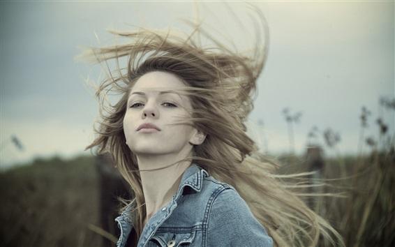 Papéis de Parede Rapariga loira, cabelo voando, vento, grama