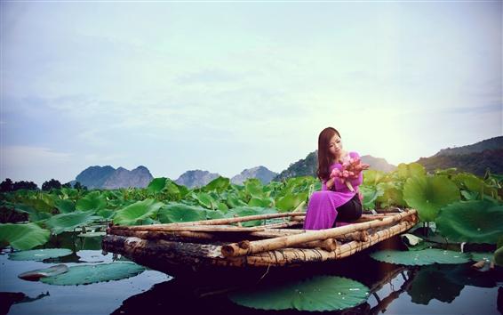 Обои Китайская девушка, фиолетовое платье, лодка, лотос, озеро