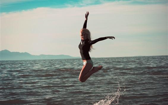 Fond d'écran La fille saute dans la mer