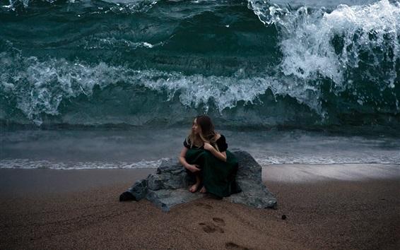 Fond d'écran Fille assise à la plage, vagues de mer