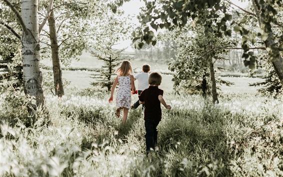 Обои Счастливые дети, бежать, трава, природа