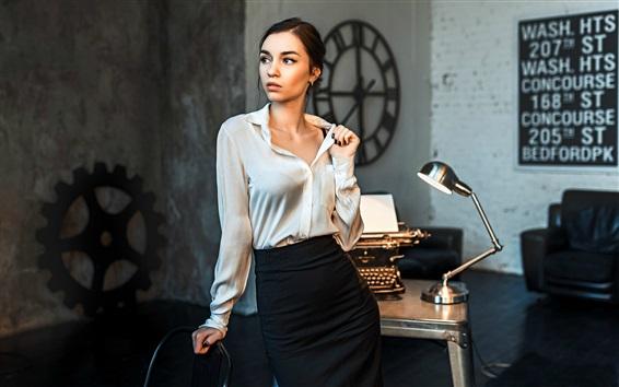 Fondos de pantalla Chica de oficina, máquina de escribir, lámpara de mesa