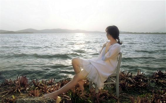 Papéis de Parede Menina asiática olha para o mar, cadeira, sol