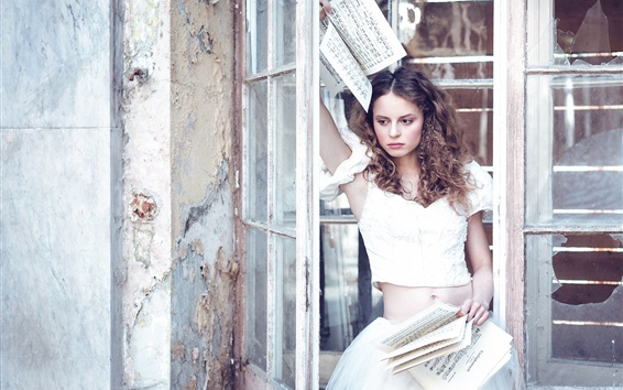 Fondos de pantalla Chica de pelo rizado, falda blanca, partituras