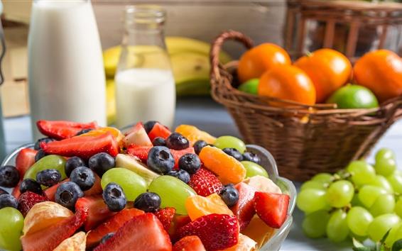 Papéis de Parede Deliciosa salada de frutas, morango, uva, mirtilo