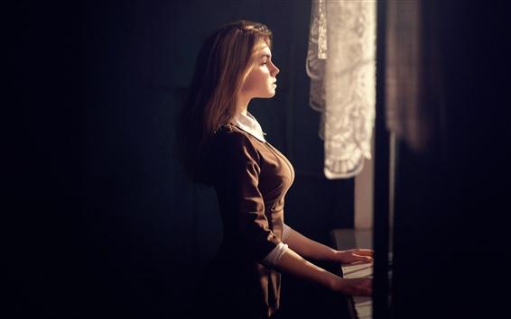 Papéis de Parede A menina olha pela janela, pensando