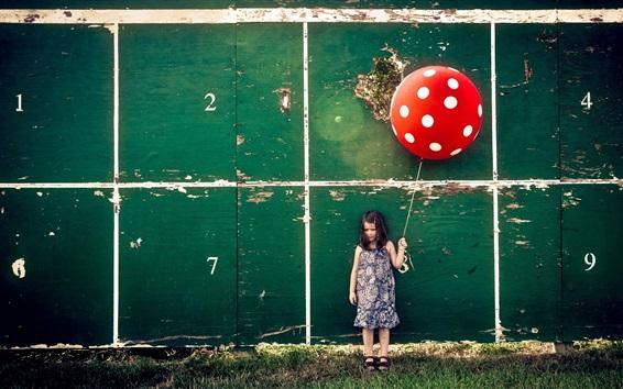 Fond d'écran Petite fille, ballon rouge, mur, planche