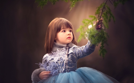 Fond d'écran Belle enfant fille touche les brindilles d'épinette
