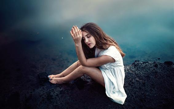 Обои Девушка с белой юбкой сидит на берегу озера, думая