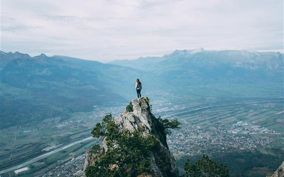 Fond d'écran Jeune fille debout dans le haut de la montagne