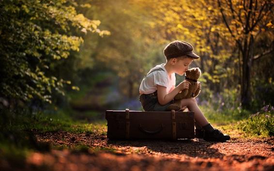 Fond d'écran Enfant garçon et ours en peluche, valise