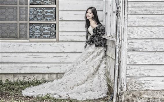 Fond d'écran Sourire fille asiatique, jupe, maison en bois