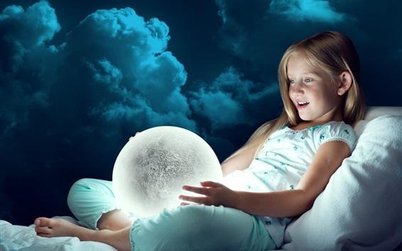 Обои Девочка смотрит на лунный шар, свет, радость