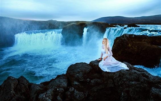 Fond d'écran Jeune fille blonde, humeur, cascades, rochers