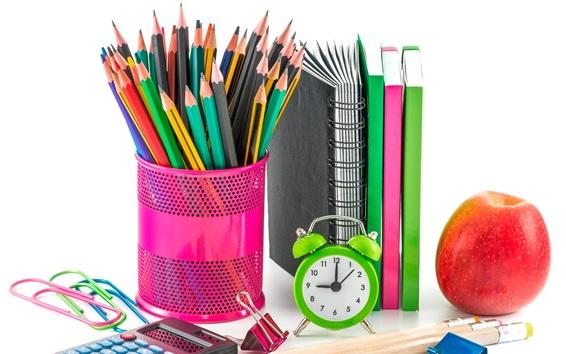 Fond d'écran Crayons colorés, réveil, calculatrice, cahier, pomme
