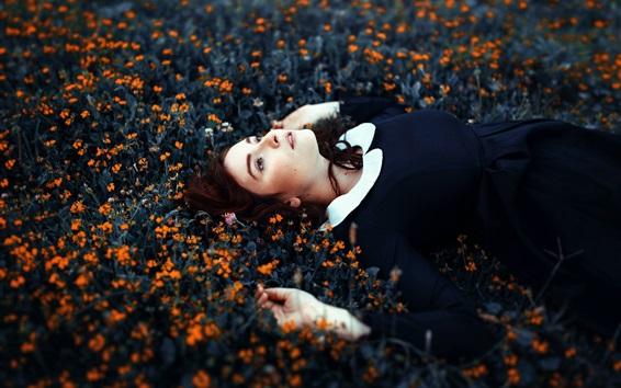 Обои Девочка спит в цветах
