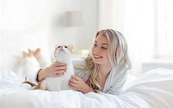Fondos de pantalla Feliz chica rubia y gato en la cama