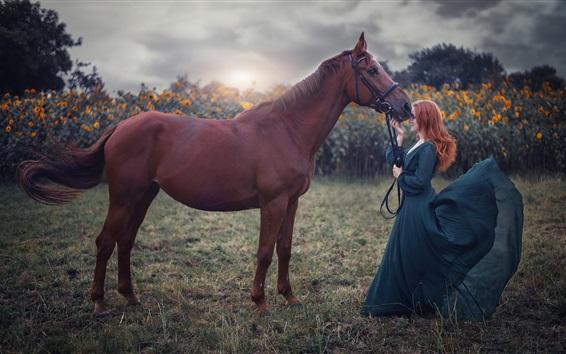 壁纸 蓝裙子女孩和棕色的马,风