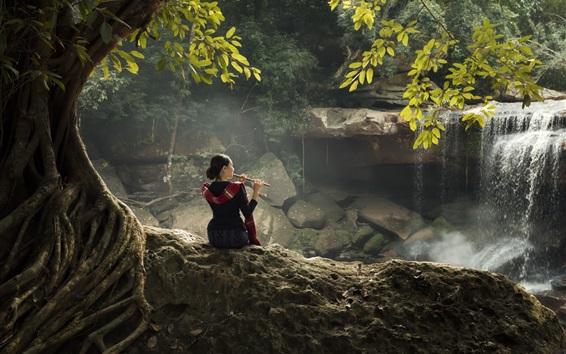 Fond d'écran Fille chinoise jouer de la flûte, cascade, arbre, feuilles