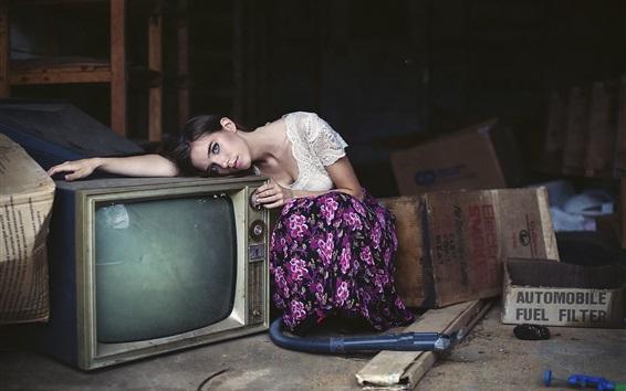 Обои Девушка и старый телевизор
