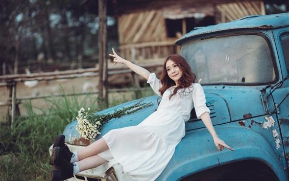 Papéis de Parede Menina asiática feliz, saia branca, carro quebrado